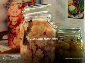 Салат из цветной капусты с красным луком