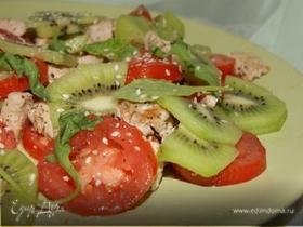 Салат с курицей, киви и помидором