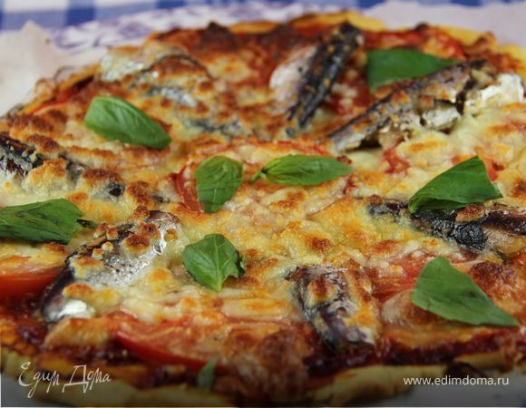 Пицца на кукурузном тесте с сардинами, томатами и моцареллой