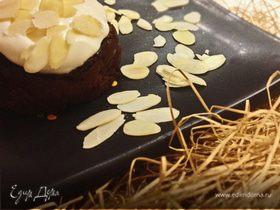 Шоколадный лавовый фондан со взбитыми сливками и лепестками миндаля