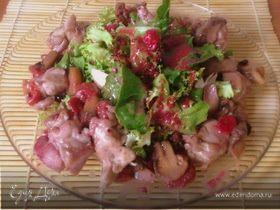 Теплый салат с куриным филе под ягодным соусом