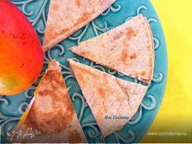 Тортилья из цельнозерновой муки с манго и козьим сыром
