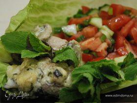 Свиные рулетики с моцареллой и базиликом в грибном соусе с томатной сальсой