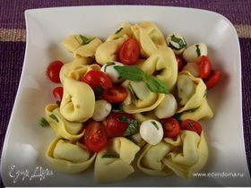 Салат из тортеллини с помидорчиками черри и моцареллой