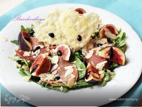 Салат из свежего инжира с хамоном и вафлями из сыра Джюгас