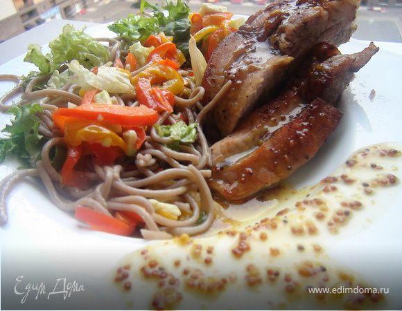 Свиные ребрышки под медово-горчичным соусом с теплым салатом