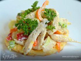 Куриный салат с сырными слойками