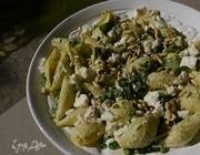 Макароны-ракушки с зеленым горошком, шпинатом и фетой