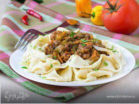 Домашняя паста паппарделле с соусом из мяса и баклажанов