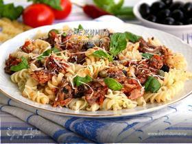 Паста с тунцом и томатным соусом с вином, маслинами и каперсами