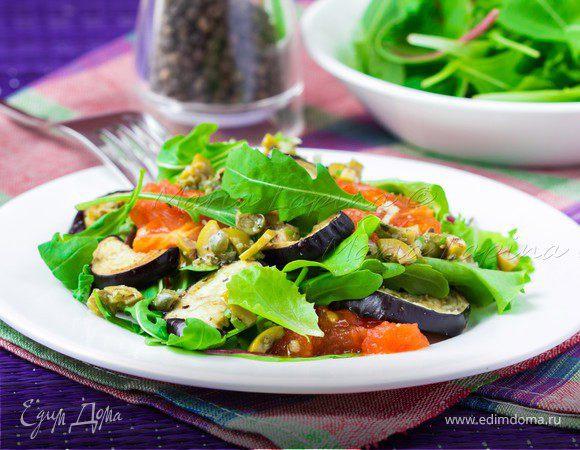 Теплый салат с запеченным баклажаном, томатами и острой заправкой