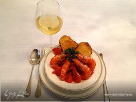 Креветки в чесночно-томатном соусе с гренками