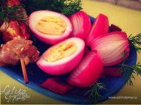 Маринованный лук и яйца в свекольном рассоле