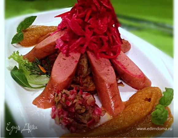 Вегетарианские сосиски с квашеной капустой на лепешке из кабачков с яблочно-морковным пюре