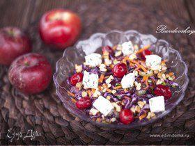 Салат из красной капусты с яблоками, голубым сыром и клюквой