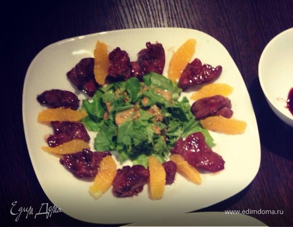 Теплый салат с куриной печенью и апельсинами