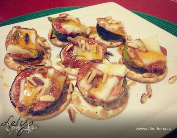 Десерт из инжира с кедровыми орехами и козьим сыром
