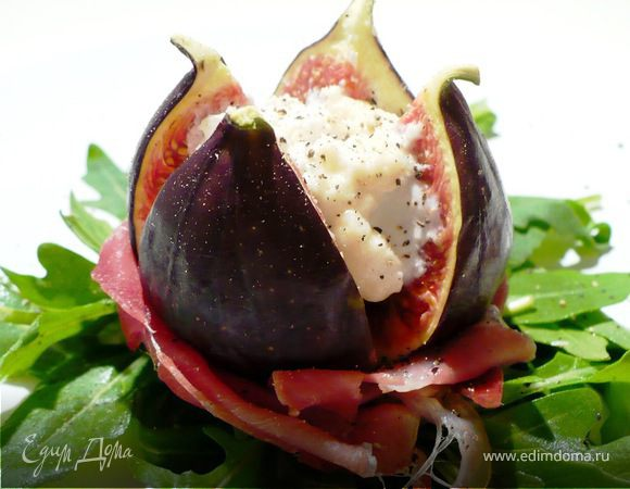 Салат из инжира, мягкого сыра и пармской ветчины