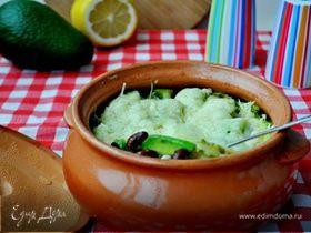Фасоль с авокадо, запеченные в горшочке