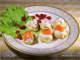 Канапе с домашним крем-сыром, слабосоленой семгой и вялеными помидорами