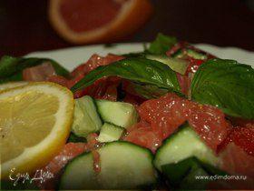 Салат из шпината с семгой, грейпфрутом, огурцами