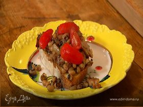 Салат из фасоли с грибами, помидорами и тапенадом