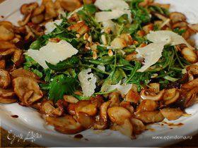 Зеленый салат с жареными грибами и кедровыми орешками
