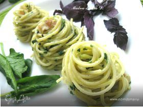 Спагетти с базиликом, шпинатом и беконом
