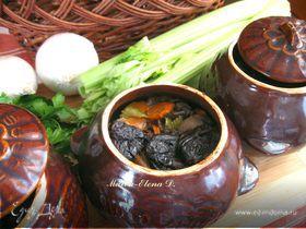 Мясо с грибами и черносливом в горшочке