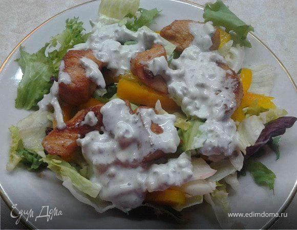Овощной салат с курицей и соусом блю чиз