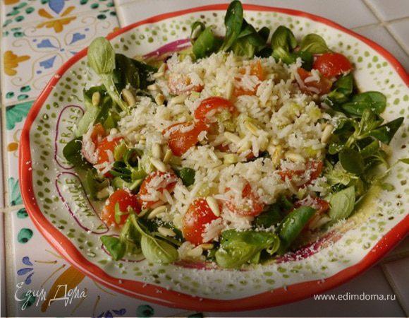 Салат с рисом, сельдереем и кедровыми орешками