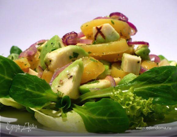 Легкий салат из картофеля и авокадо на салатной подушке