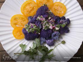 Фиолетовый салат из цветной капусты с желтыми помидорами