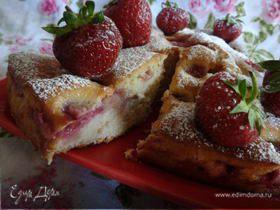 Клубничный бисквитный пирог с цукатами экзотических фруктов