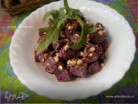 Салат из запеченной свеклы с песто из руколы и грецких орехов