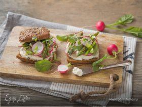 Шведские хлебцы со сливочным сыром, спаржей и редисом