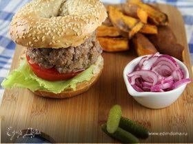Гамбургер из говядины с чипсами из сладкого картофеля