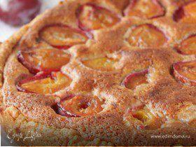 Пирог со сливами и миндальным кремом