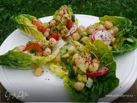 Ароматные лодочки с салатом из нута и свежих овощей