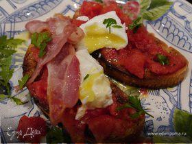 Брускетта с помидорами, беконом и яйцом пашот