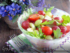"""""""Круглый"""" салат из винограда, черри и моцареллы"""