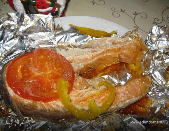 Семга с помидорами и перцем, запеченная в фольге