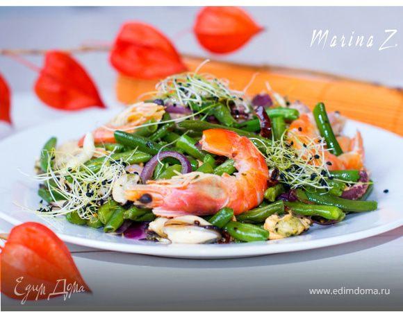 Салат с овощами, морским коктейлем и пророщенными зернами