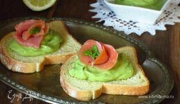 Чесночные гренки с муссом из авокадо и лососем