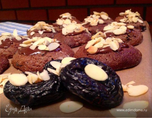 Шоколадное печенье с черносливом и миндалем