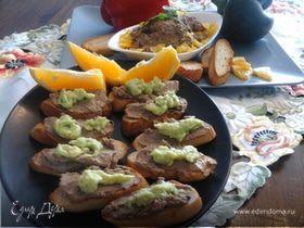Куриный паштет со сладким перцем и пюре из авокадо