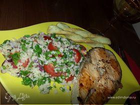 Жареный лосось с гарниром из кускуса с черри и красным луком