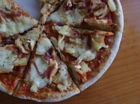 Пицца с курицей и анансами