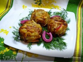 Картофельные мини-кугели с кальмарами и маринованным луком