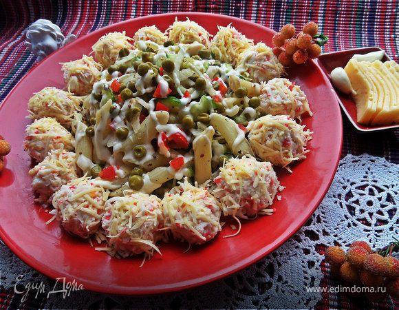 Салат из овощей с пастой и сырными шариками